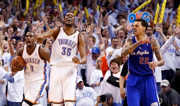 Mientras Serge Ibaka (9) y Kevin Durant (35) festejan el agónico triunfo del Thunder sobre los Clippers, Matt Barnes (22) lamenta la forma en la que cayeron.