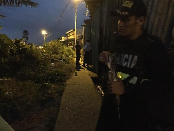 La Fuerza Pública custodiaba a las 5:20 p. m. el lugar del asesinato, 300 metros al oeste del súper Purral.