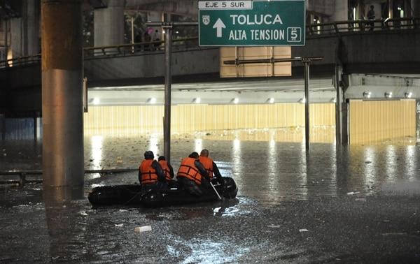 El huracán Simón pierde su intensidad mientras avanza frente a la Península de Baja California y genera potencial de lluvias de intensas a muy fuertes en el noroeste de México.