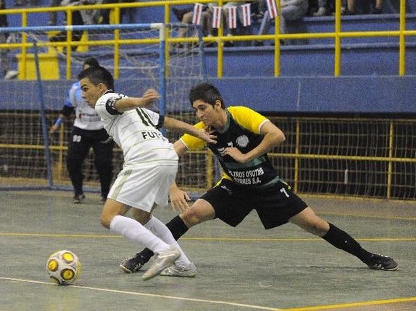 César Solís (7), de Orotina, y Edwin Cubillo, de Borussia. | EYLEEN VARGAS