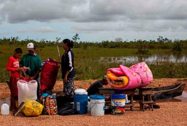 Esta familia de Bilwi, Nicaragua, rescató algunas pertenencias después del impacto del huracán Iota. AFP