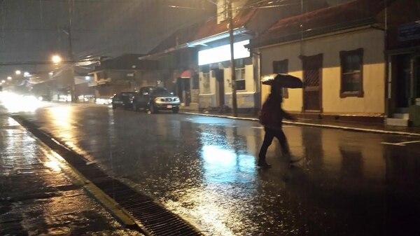 En el centro de Cartago llovía fuerte a las 7 p. m. de este miércoles.