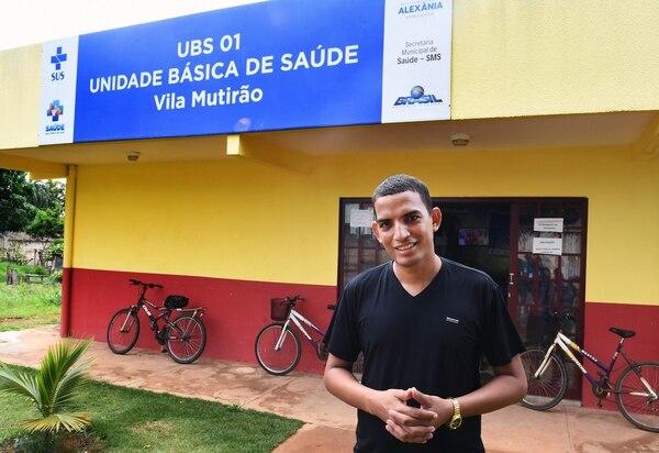 El médico cubano Miguel Pantoja posa frente a la Unidad de Salud Básica de Alexania, 80 km al suroeste de Brasilia, estado de Goiás, el 22 de noviembre de 2018. AFP
