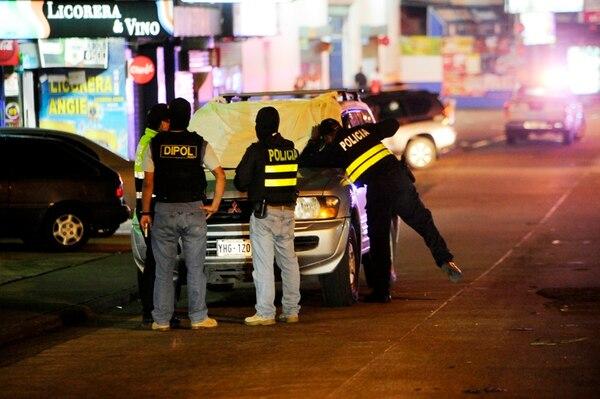 La pareja murió dentro de este vehículo en Zapote. La mujer conducía y el hombre era el acompañante. En el crimen participaron dos motos, cuyos ocupantes, dispararon por ambos lados del carro. | MARCELA BERTOZZI