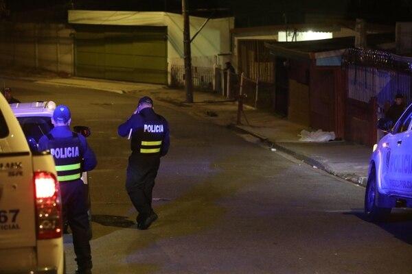 Oficiales de la Fuerza Pública custodiaron la escena, cerca de Persianas Canet, hasta el levantamiento del cuerpo por parte de agentes del OIJ.