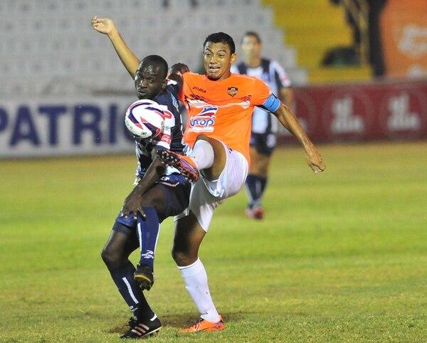 El capitán de Puntarenas, Roberto Wong, le roba el balón al delantero del Cartaginés, Erick Scott. Los brumosos llegaron ayer a 12 partidos sin ganar en el Torneo de Verano 2014, su segunda peor racha en la historia. | JOSÉ RIVERA