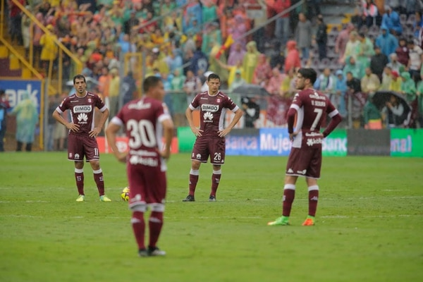 Los jugadores de Saprissa muestran la desazón durante la derrota ante Herediano en la Cueva.