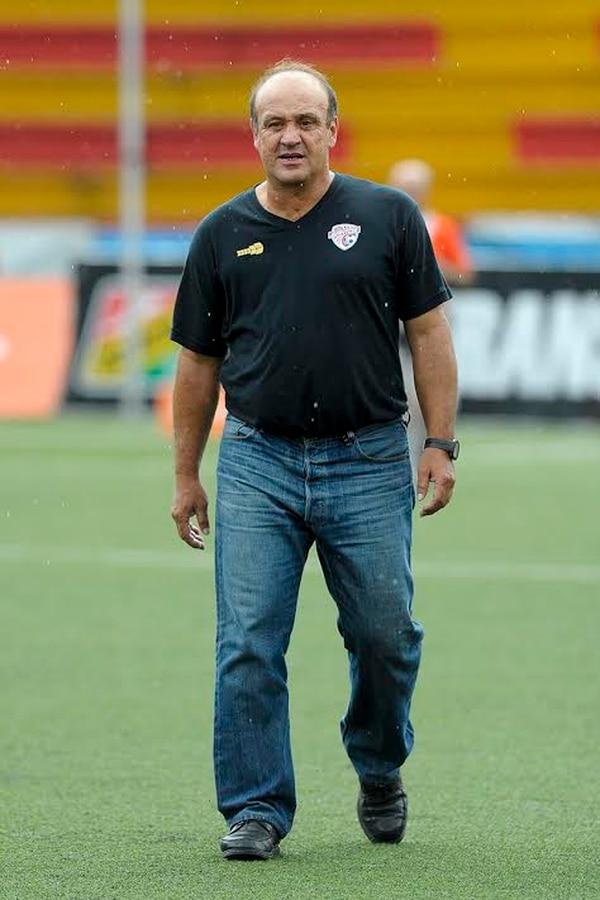 Johnny Chávez salió molesto por el desempeño de sus jugadores, tras perder 5-1 ante Belén.