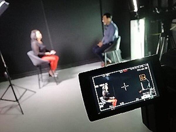 Acá, Douglas Sánchez en la entrevista con su mamá, doña Grace Jiménez, una luchadora mujer que sacó adelante, sola, a nada menos que ocho hijos. Foto Cortesía