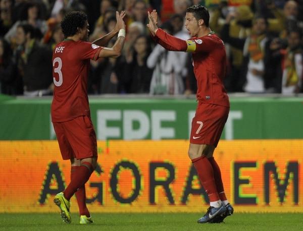 Cristiano Ronaldo celebra con Pepe el único gol de Portugal ante Suecia.