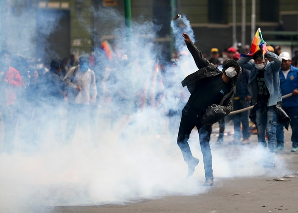 Un seguidor del expresidente Evo Morales devuelve un bote de gas lacrimógeno a la Policía durante los enfrentamientos en La Paz, Bolivia, el miércoles 13 de noviembre del 2019. Foto: AP