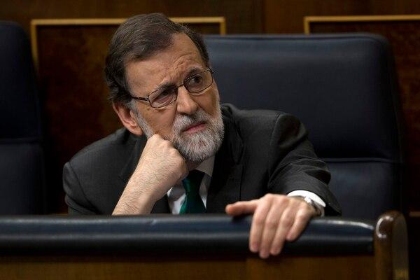 El Presidente del Gobierno español y líder del Partido Popular, Mariano Rajoy, escucha discursos durante el primer día de discusiones de una moción de censura en su contra en el parlamento español en Madrid, el jueves 31 de mayo de 2018. AP