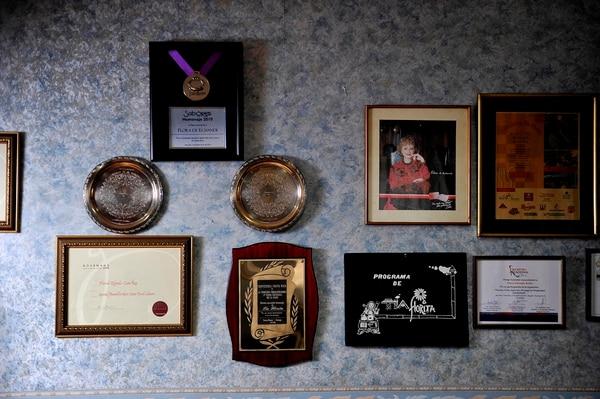 En su oficina, ubicada a un lado de su casa, la chef mantiene colgados algunos de sus múltiples tributos y recuerdos. | FOTO: MELISSA FERNÁNDEZ.