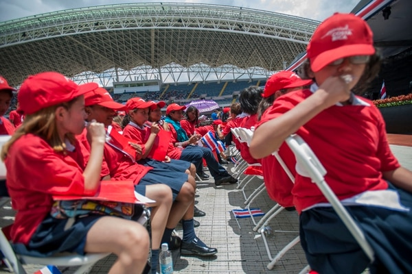 Los menores desfilaron por el Estadio Nacional, en La Sabana, y luego, vestidos de azul, blanco y rojo, formaron varias banderas de Costa Rica. | MARCELA BERTOZZI.
