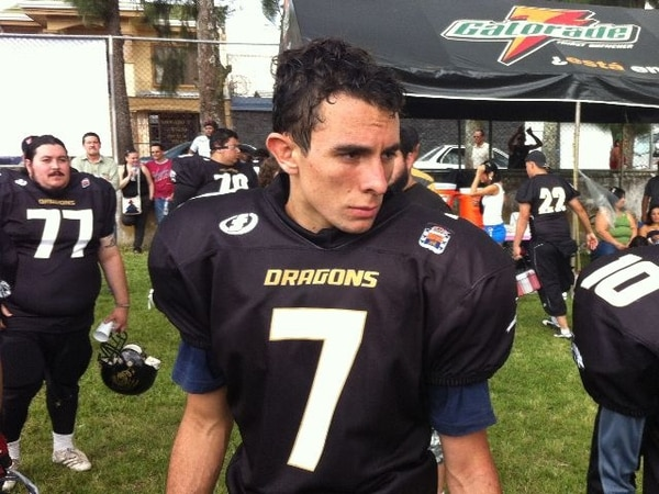Campos comenzó a jugar futbol americano con 15 años y fue el primer menor de edad inscrito en el torneo local de ese deporte.   RONNY ROJAS