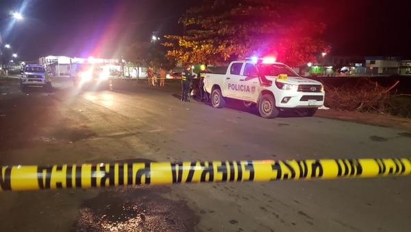 El homicidio se produjo el miércoles a las 9:45 p.m. al costado oeste de la antigua plaza de fútbol y a 100 metros del templo católico en el centro de Pital de San Carlos. Foto de Édgar Chinchilla