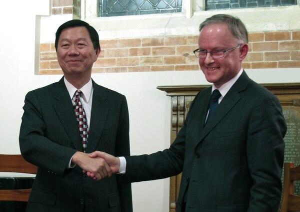 Elliott Charng, representante de la Oficina Económica y Cultural de Taipei, a la izquierda, y el director de la Oficina de Comercio e Industria de Nueva Zelanda, Stephen Payton, firmaron el acuerdo de libre comercio, en Wellington.