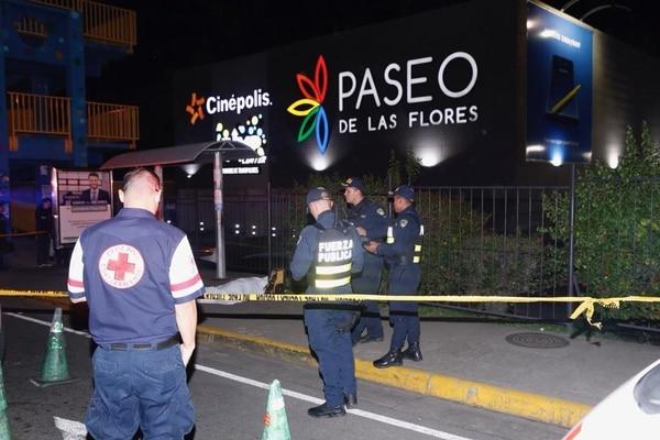 La víctima murió en la parada de autobuses luego de recibir un balazo en el tórax, confirmó la Cruz Roja. Foto: Albert Marín