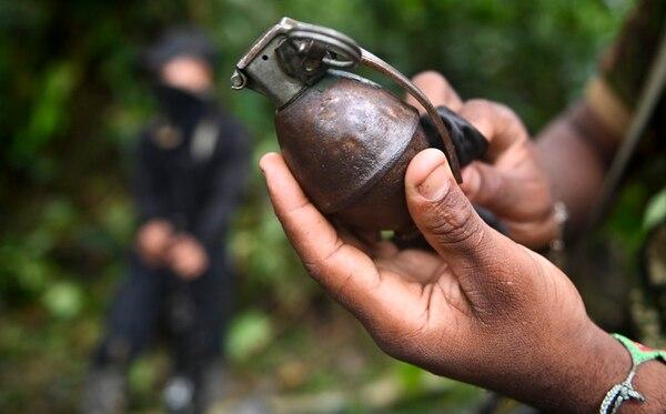 Un guerrillero del Frente Ernesto 'Che' Guevara, del ELN, limpiaba una granada en medio de la selva del Chocó, Colombia.