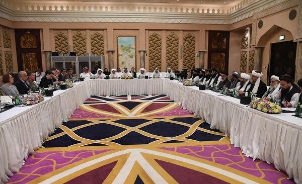 Representantes de Estados Unidos y de los talibanes afganos reunidos el 26 de febrero del 2019 en Doha en una ronda de las negociaciones de paz.