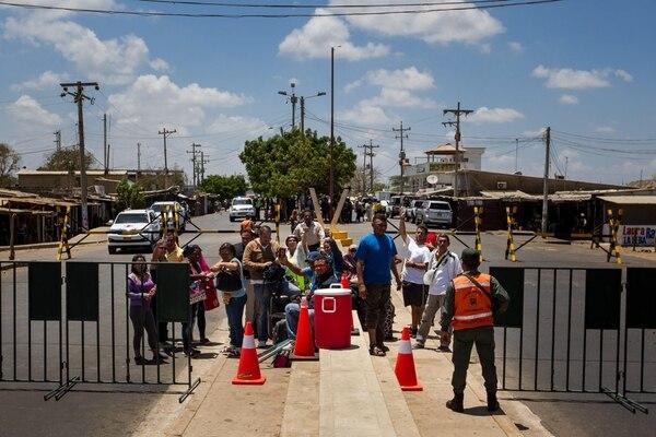 Un grupo de venezolanos aguardó este jueves la autorización para poder cruzar la aduana entre Venezuela y Colombia.
