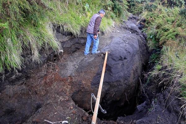 Un terreno poco firme en la pared oeste del Irazú se separa cada vez más del bloque volcánico. Foto: Rafael Pacheco.