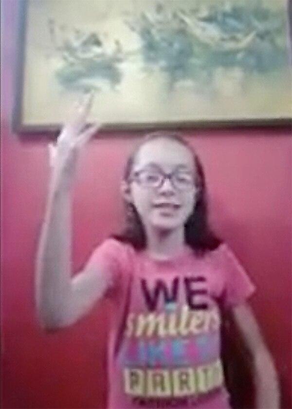 El cierre del emotivo video de los menores de la Fundación Pro Cuidados Paliativos Pediátricos estuvo a cargo de Xiomara Sánchez, quien usó su elocuencia y facilidad de palabra para casi declamar su apoyo a los funcionarios de Salud. ¡Qué personaje! Foto Captura de pantalla