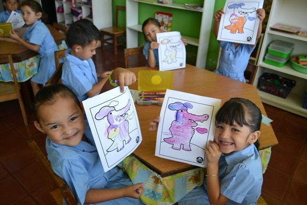 Los niños definen a los personajes y construyen los relatos.   FOTO: ALBERTO BARRANTES PARA LN.