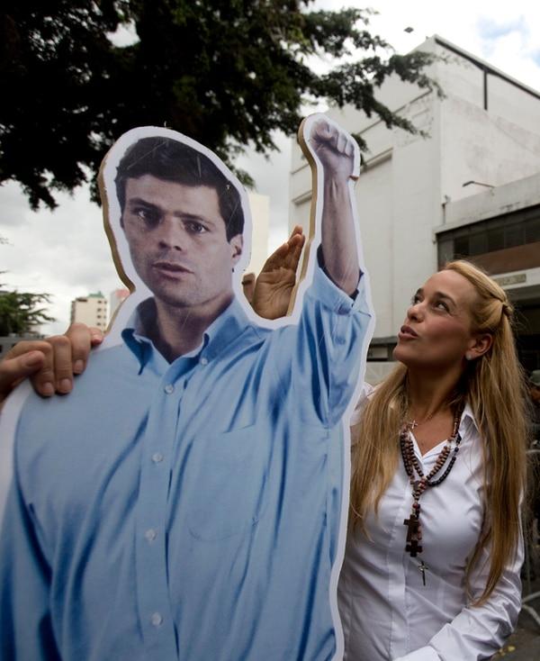 Lilian Tintori, esposa de López, dio su apoyo ayer al dirigente político en el inicio del juicio en las afueras del Palacio de Justicia, en Caracas.   AP