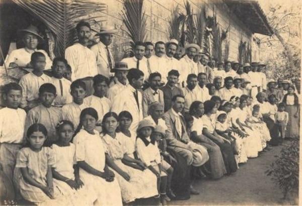 Alfredo González Flores, sentado en el centro, durante una gira a Guanacaste en 1916. Fotografía de Manuel Gómez Miralles.