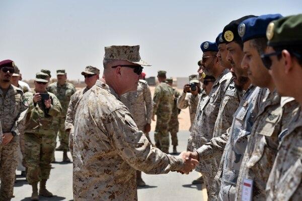 El general del Cuerpo de Marines de los Estados Unidos, Kenneth F. McKenzie Jr., saluda a los oficiales militares saudíes durante su visita a una base militar en todo el mundo, el 18 de julio del 2019. Foto: AFP