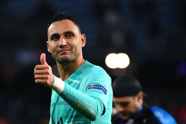 Paris Saint-Germain's Costa Rican goalkeeper Keylor Navas gives the thumb up during the UEFA Champions League group A football match Real Madrid against Paris Saint-Germain FC at the Santiago Bernabeu stadium in Madrid on November 26, 2019. (Photo by GABRIEL BOUYS / AFP)