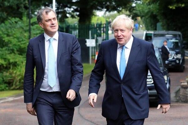 El secretario británico para Irlanda del Norte, Julian Smith (izquierda), y el primer ministro, Boris Johnson, llegaban este miércoles 31 de julio del 2019 a Stormont House, en Belfast.