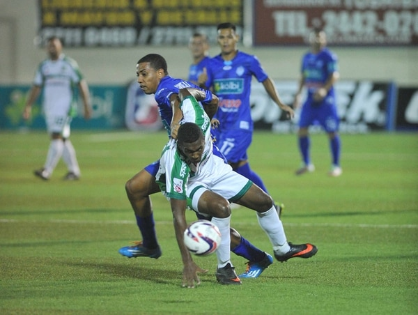 El juego entre Limón FC y Pérez Zeledón fue bastante disputado en la media cancha. | MANUEL VEGA