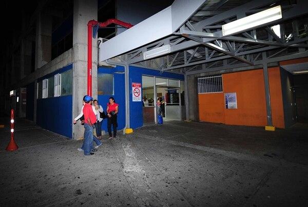 En un carro particular entró baleado al Hospital México un joven de 21 años, quien falleció poco después. (imagen ilustrativa)
