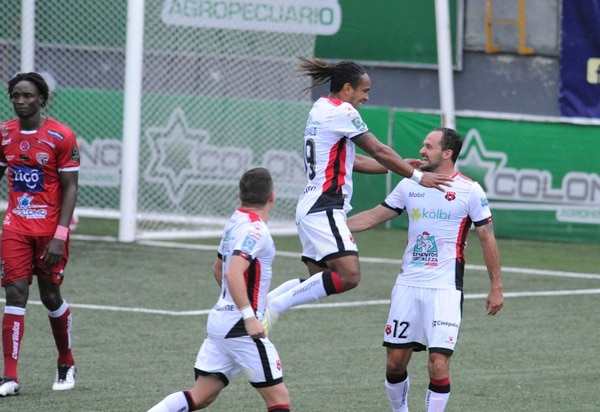 Alajuelense saltó al liderato del torneo desde la tercera fecha y este domingo lo selló con anotaciones de Jonathan McDonald y Marco Ureña. Foto: Jorge Castillo.