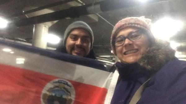 Dos ticos se identificarón con banderas para votar en Chicago.