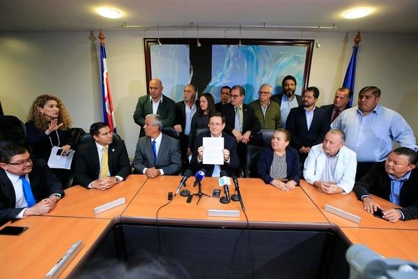 Román Macaya, presidente ejecutivo de la CCSS, mostró este lunes el acuerdo suscrito con representantes de la institución, el Gobierno y los sindicatos para levantar la huelga en los centros públicos de salud. Foto: Rafael Pacheco