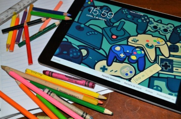 Celulares, tablets y videojuegos son las 'niñeras electrónicas' de estudiantes de escuela y colegio que pasan horas frente a la pantalla.