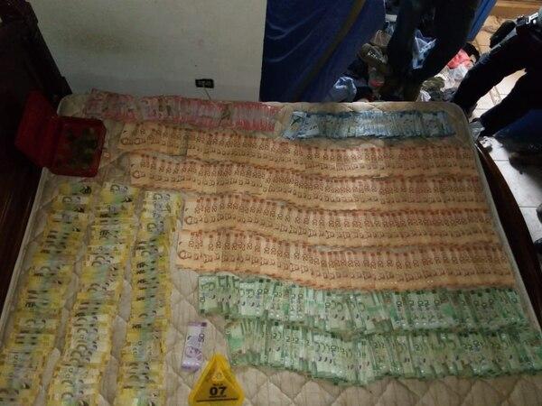 Durante los allanamientos se decomisaron un total de ¢7,5 millones en efectivo, lo cual es una muestra de las altas ventas del grupo. Foto: Cortesía OIJ