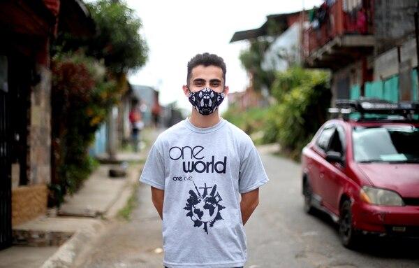 Sebastián M. Buzo posando en las afueras de su casa, ubicada en Bajo los Anonos, en Escazú. Foto: Alonso Tenorio