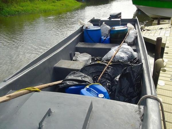 Junto a un embarcadero estaba la lancha cargada de sacos con marihuana.