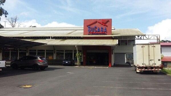 El pasado16 de octubre, cuatro hombres asaltaron este supermercado ubicado en Ciudad Quesada. Foto: Carlos Hernández
