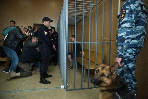 La atención de los medios de comunicación forma parte de la acción de Piotr Pavlenski.