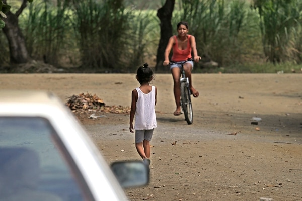 El barrio Bambú, en Carrillo, Guanacaste, es uno de los escenarios de pobreza en la Región Chorotega, donde habitan unos 43.000 niños y adolescentes de muy escasos recursos. | ALBERT MARÍN