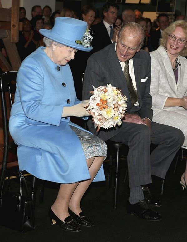 Debutó en la red social. El viernes la reina británica asistió a la apertura del Museo de Ciencia de Londres. EFE.