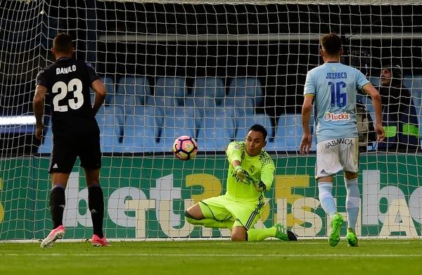 Kelyor Navas rechaza el balón tras un remate del Celta de Vigo en el primer tiempo.