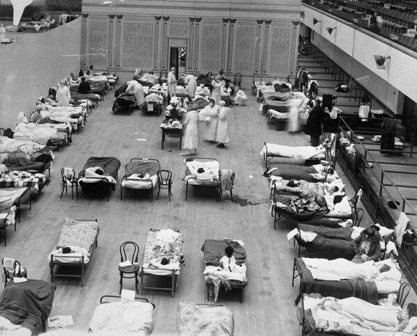 Se presume que la pandemia de 1920 se originó en Estados Unidos y se esparció por los movimientos relacionados con la Primera Guerra Mundial. En la imagen, el auditorio municipal de Oakland que sirvió como hospital. Foto: Edward A.