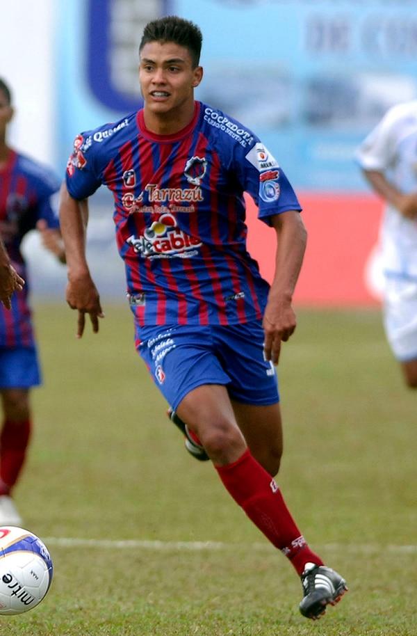 El joven defensor Erick Cabalceta defendió la camiseta de Orión FC antes de enrumbarse al continente europeo para vincularse a las filas del Catania de la Serie A italiana, equipo que lo ascendió al primer plantel.   ARCHIVO