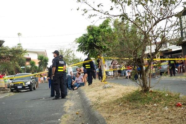 En la escena, el OIJ encontró gran cantidad de casquillos. Los familiares de la víctima llegaron al sitio desconsolados.